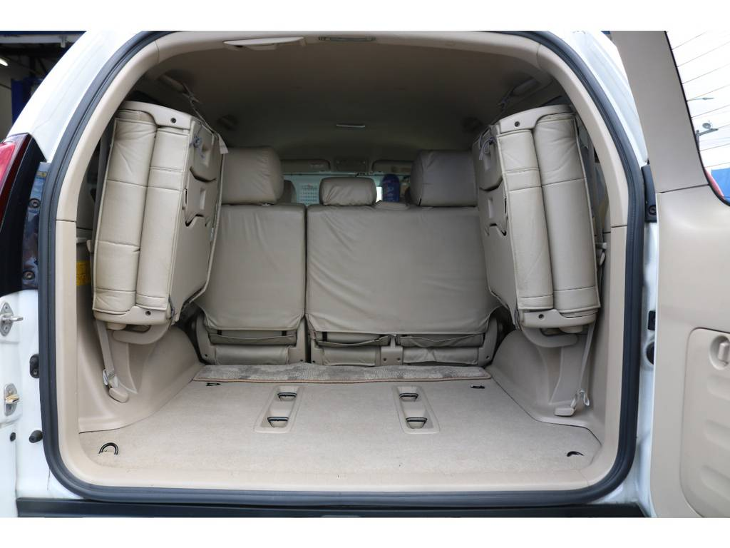 乗車定員は8人乗りとなります★ラゲッジルームを使用する際は、このように3列目シートを左右に跳ね上げると、お荷物を積むスペースが十分に確保できます♪