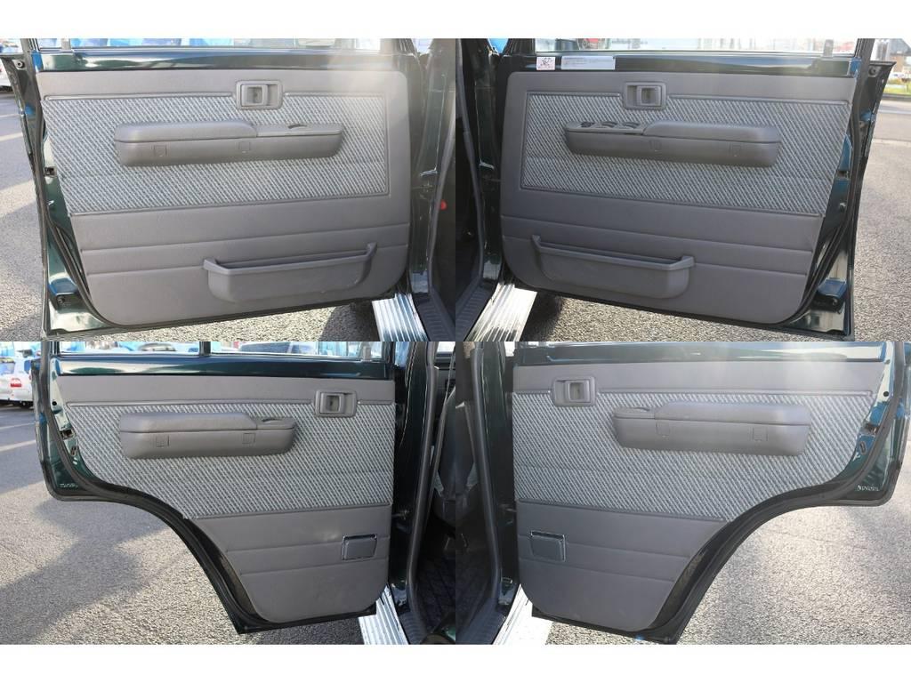 キレイなドア内張りです!といいたい所ですが、この画像ではパワーウィンドウが付いているという事に注目していただきたいです★新車時のオプションとなり、集中ドアロックとセットなので、とても便利です♪