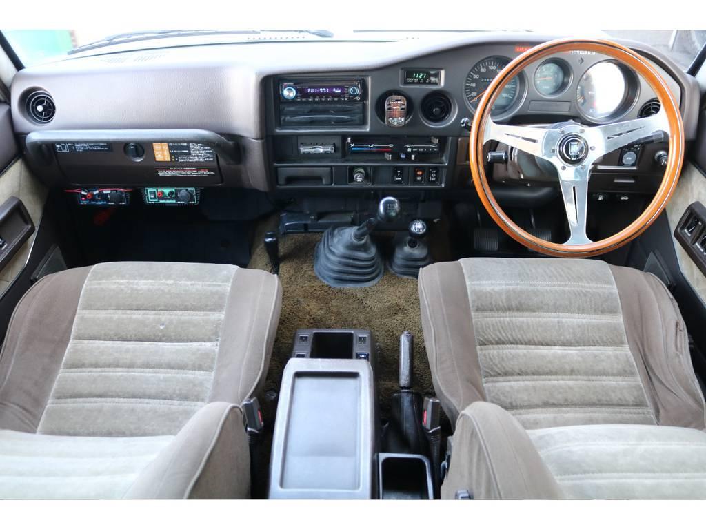 ご覧くださいこのレトロなインテリア★快適さや便利さは現代の車には負けてしまいますが、この雰囲気はこの年代の車特有です♪