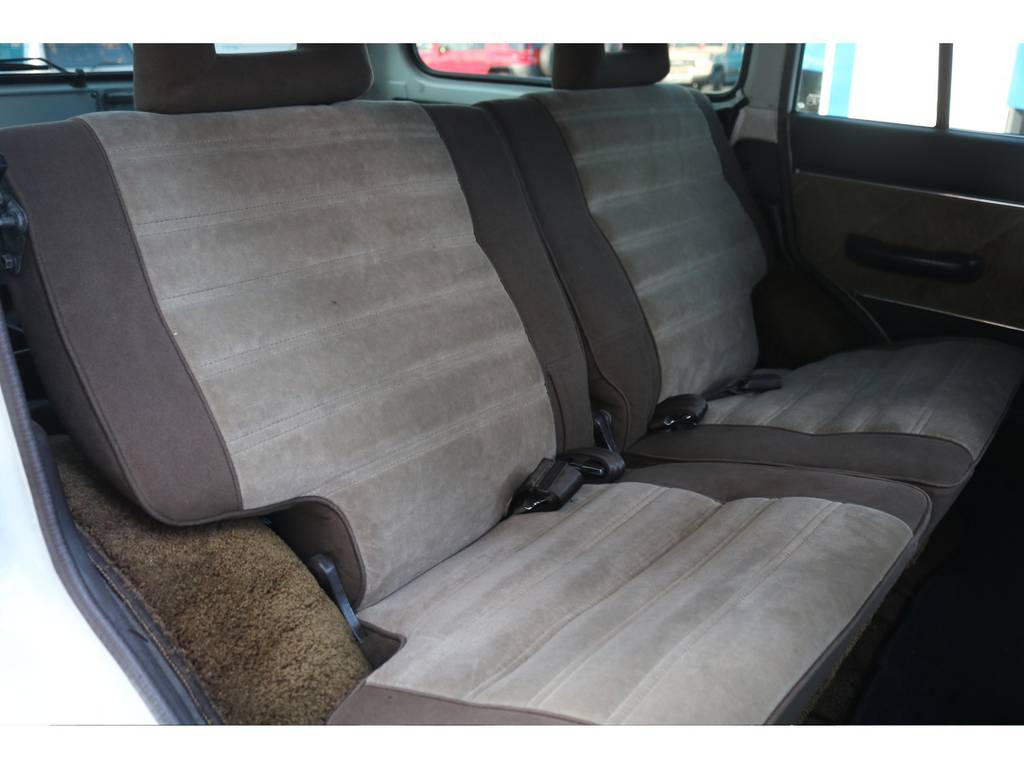 リヤシートは使用感も少なくとてもキレイなコンディションです★ヘッドレストも全て揃ってます♪