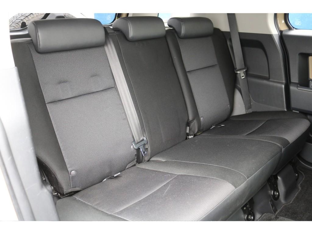シートは全席に撥水・防水ファブリックシートを採用★撥水加工を施した着座面の裏側に、透湿性の防水フィルムを採用し、蒸れにくく、かつシート内部へ水の侵入を防止します★