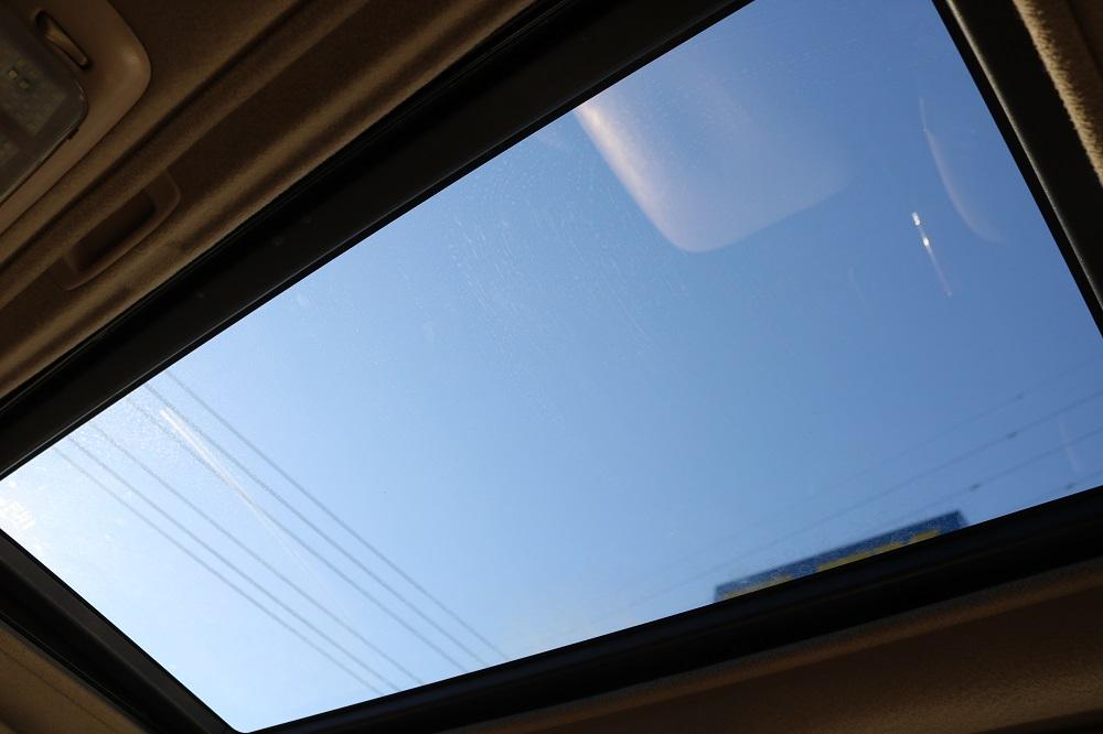 サンルーフも標準装備です!太陽光、新鮮な空気を取り入れ車内はとても快適に!晴れた日のロングドライブには欠かせない人気装備です!チルトアップ、スライド開閉と2段階の操作が可能です!