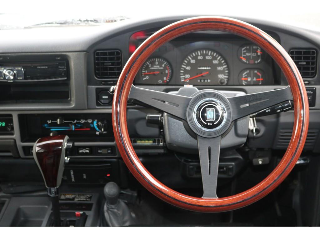 人気アイテムのナルディ クラシックウッドステアリングが装着済みです!70、78プラド、60、などクラシックな雰囲気の車にはとても似合うステアリングです★新品でご用意しました♪