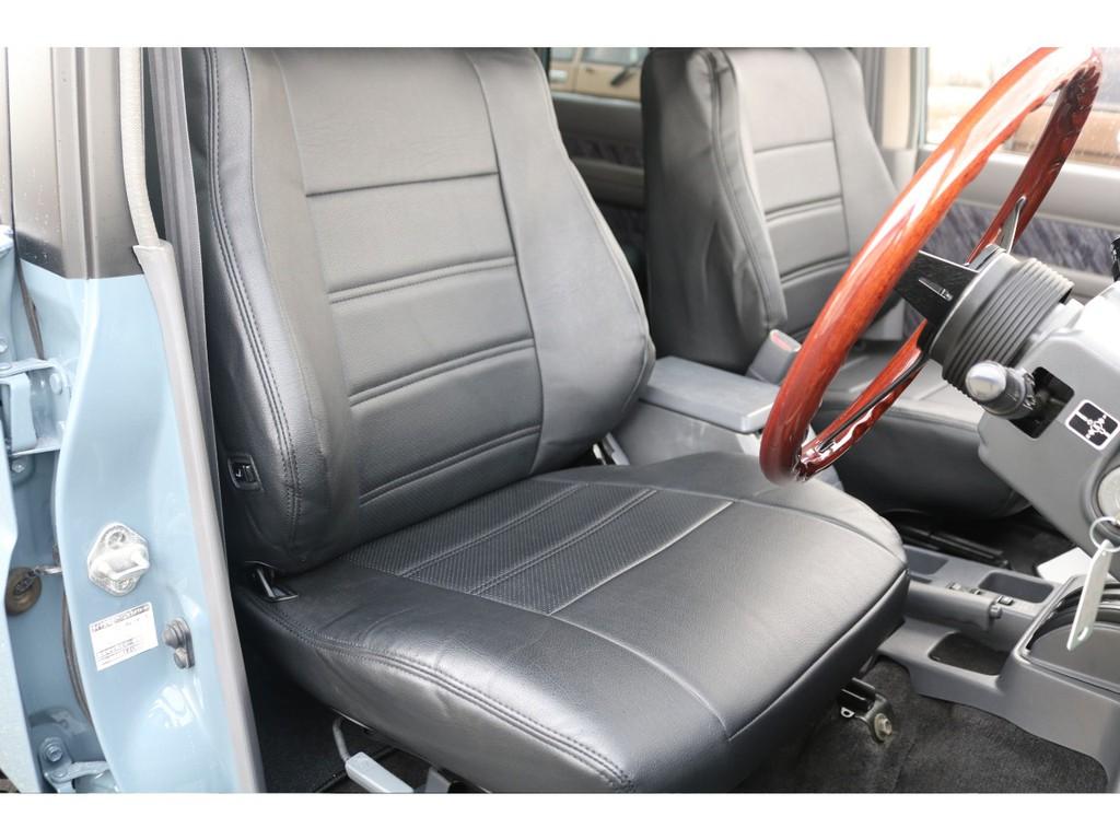 フロントシートです!全席にシートカバーも付いてますので、もし飲み物をこぼしてしまっても拭き取りが簡単です★機能面だけではなく、車内の雰囲気もバッチリ♪