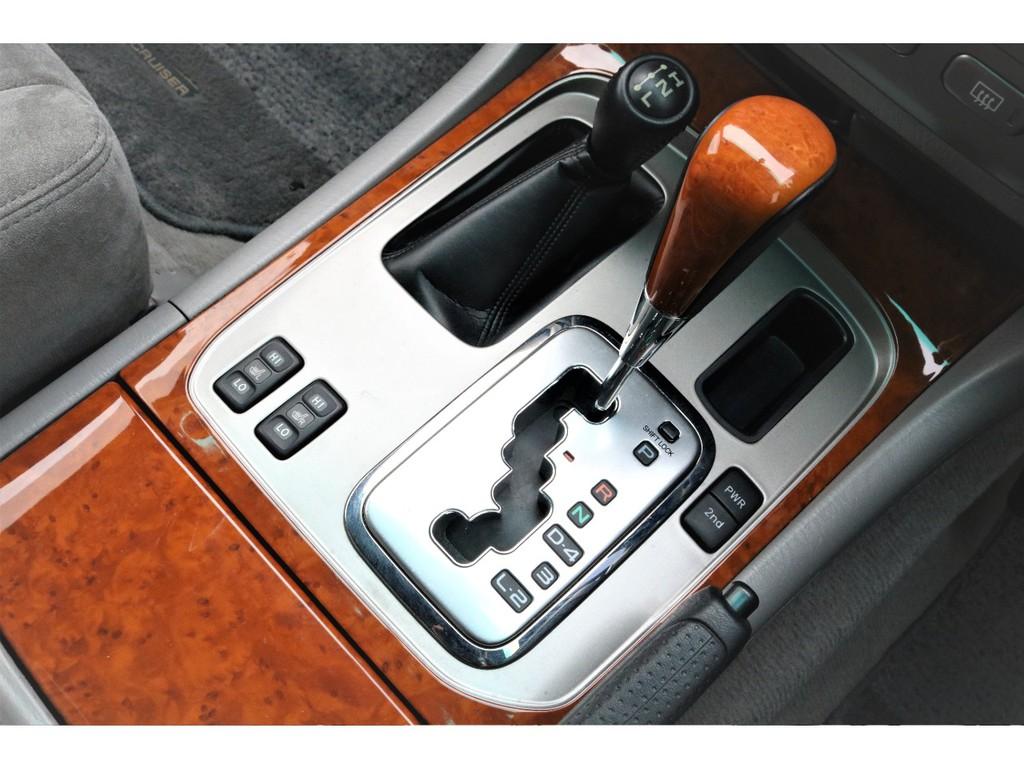 シフトパネル周辺もとてもキレイなコンディションです!ウッドコンビシフトノブ、シートヒーターと装備も充実しております♪
