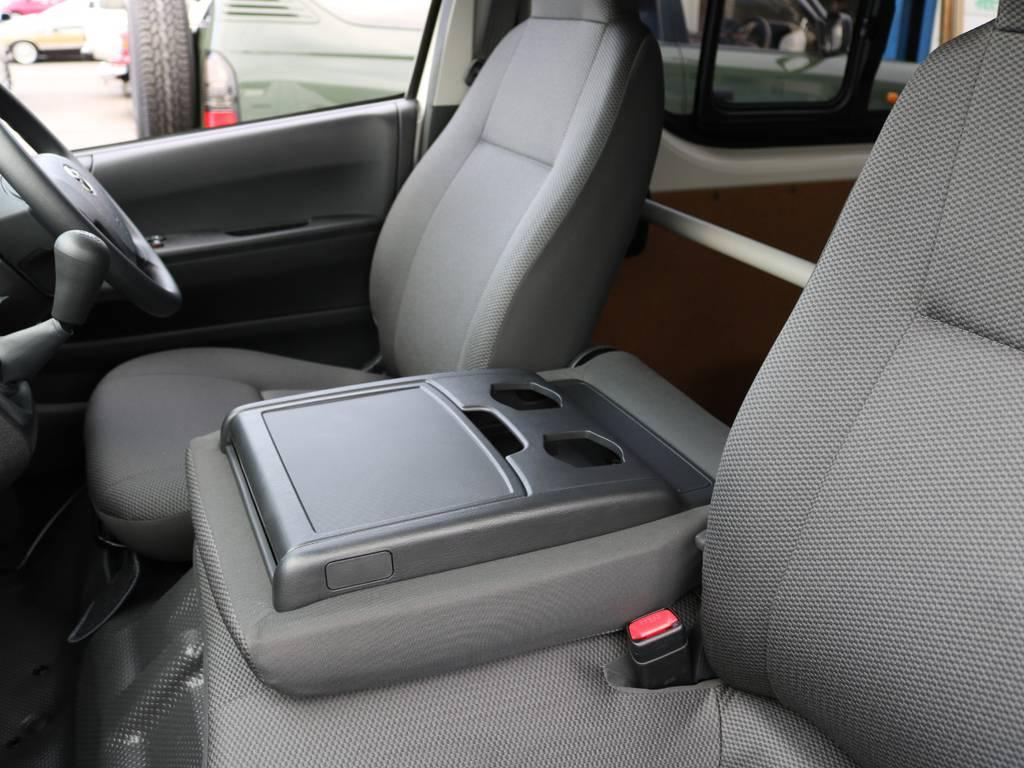 真ん中のシートを倒せばセンターコンソールに♪ | トヨタ ハイエースバン 2.0 DX ロング 5MT スポーツカスタムパッケージ