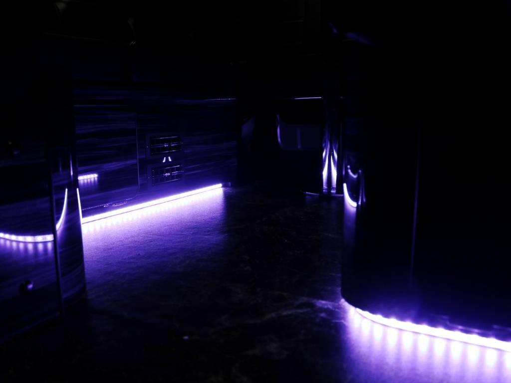 足元には青紫色のLED♪ | トヨタ ハイエース 2.7 GL ロング ミドルルーフ TSS付 内装ラウンジ5α