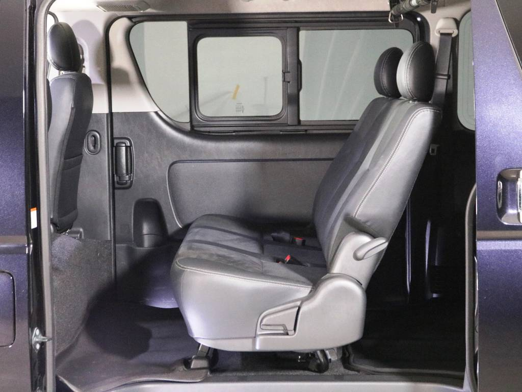 セカンドシートの状態です!セカンドシートは3人掛け♪ | トヨタ ハイエースバン 2.0 スーパーGL ダークプライム ロングボディ 内外装ライトカスタム