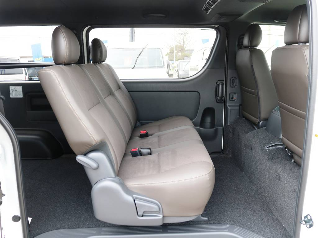 セカンドシートもダークブラウンカラー!3人掛けベンチシートタイプ♪ | トヨタ ハイエースバン 2.8 スーパーGL 50TH アニバーサリー リミテッド ロングボディ ディーゼルターボ 415コブラ カスタム