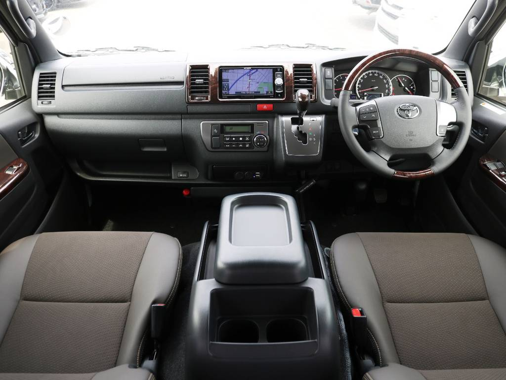 内外装カスタム済みの、噂の50TH記念モデルが入庫致しました♪   トヨタ ハイエースバン 2.8 スーパーGL 50TH アニバーサリー リミテッド ロングボディ ディーゼルターボ ライトカスタム