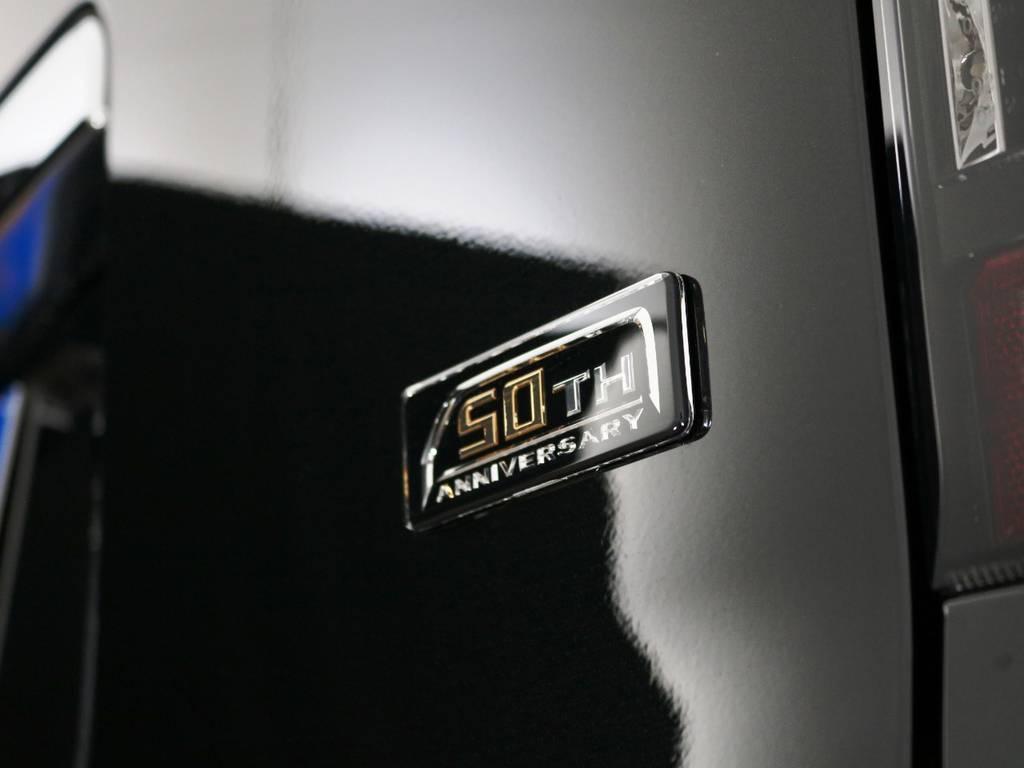 車両のリアゲート部と、スマートキーには50THアニバーサリーエンブレム付き♪   トヨタ ハイエースバン 2.8 スーパーGL 50TH アニバーサリー リミテッド ロングボディ ディーゼルターボ ライトカスタム