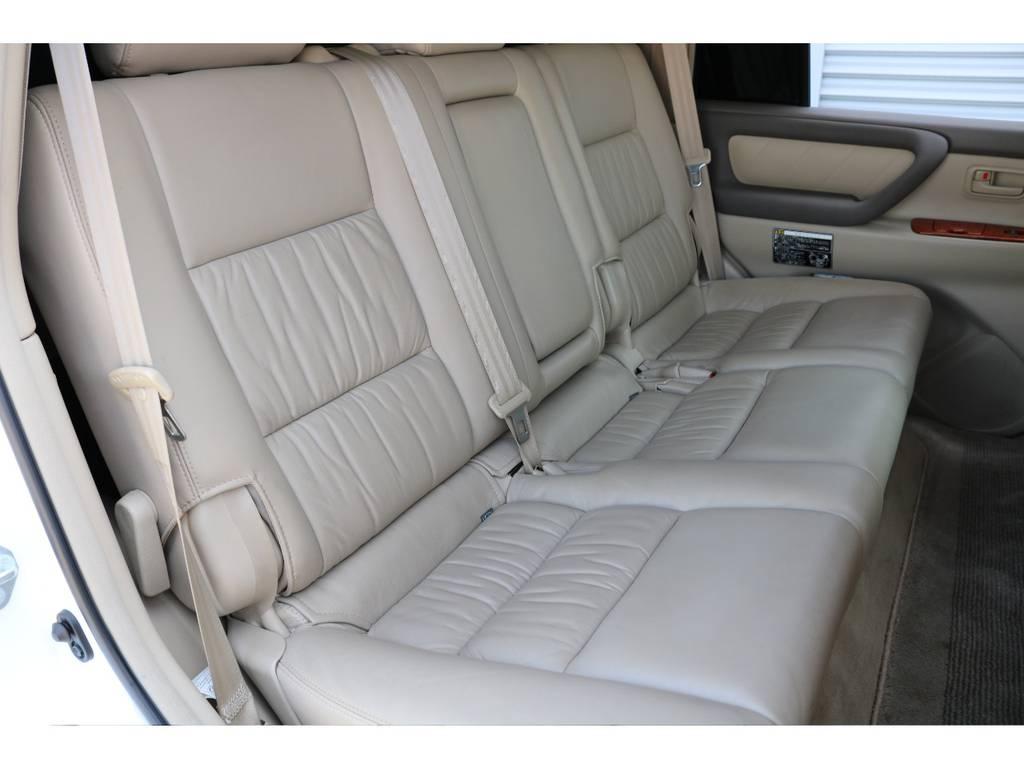 後部座席は大人もくつろげるスペースが御座います☆ | トヨタ ランドクルーザー100 4.7 VXリミテッド Gセレクション 4WD 最終型 本革シート マルチレス