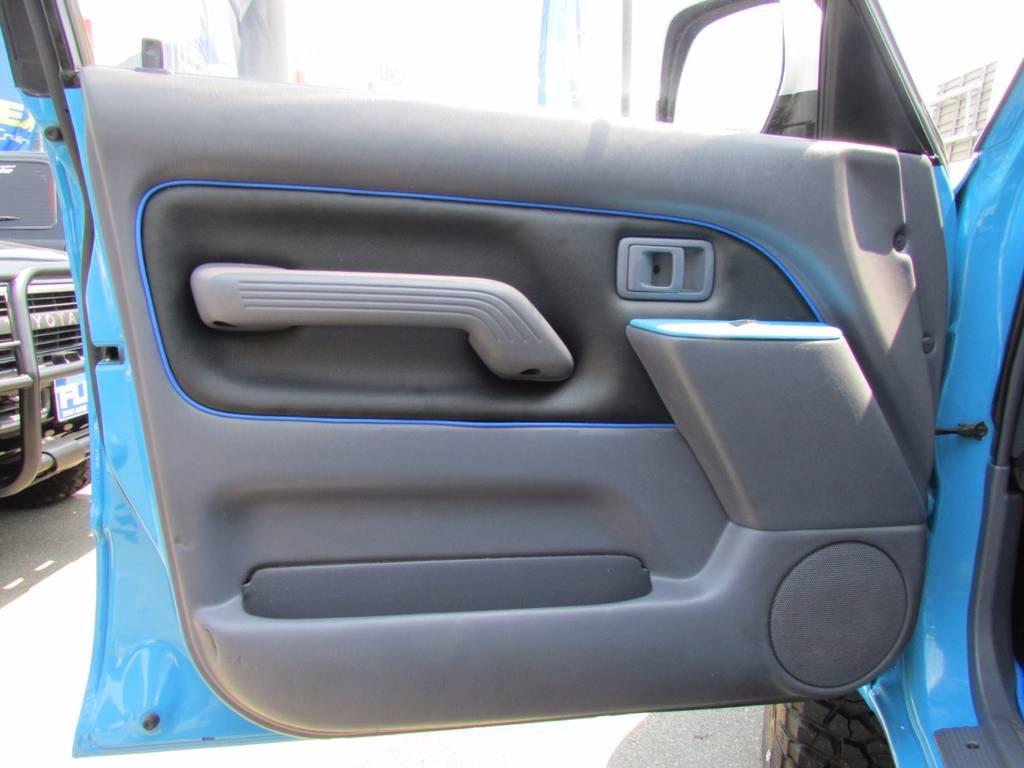ドアパネルも張り替えて外装色に合わせたステッチが入っております! | トヨタ ランドクルーザープラド 3.0 TX ディーゼルターボ 4WD COLORBOMB