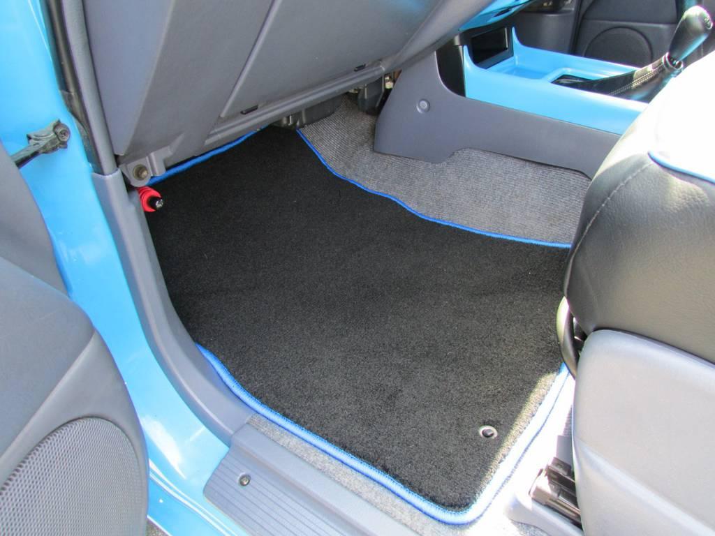 フロアマットも新品の専用フロアマットです! | トヨタ ランドクルーザープラド 3.0 TX ディーゼルターボ 4WD COLORBOMB