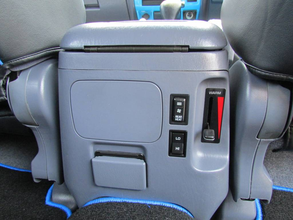 リアエアコンも付いていますので同乗者も安心ですね! | トヨタ ランドクルーザープラド 3.0 TX ディーゼルターボ 4WD COLORBOMB
