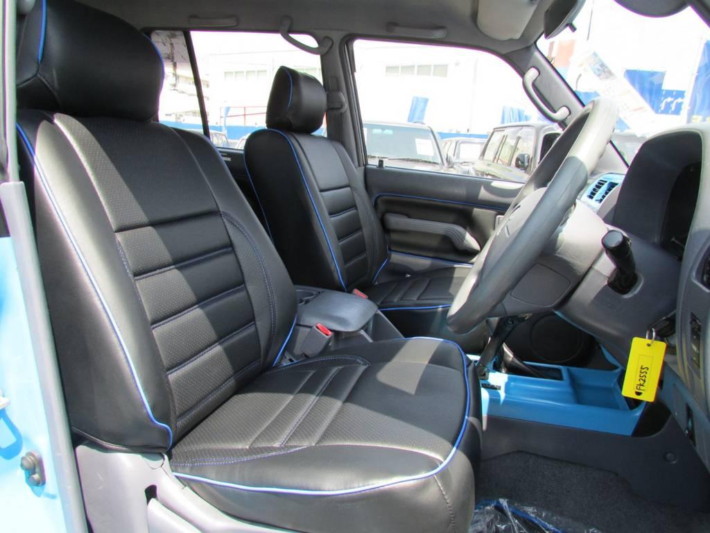 専用のブラックシートカバーにブルーステッチ! | トヨタ ランドクルーザープラド 3.0 TX ディーゼルターボ 4WD COLORBOMB