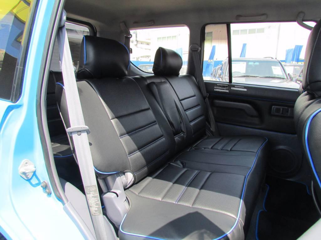 セカンドシートも専用設計できれいについております! | トヨタ ランドクルーザープラド 3.0 TX ディーゼルターボ 4WD COLORBOMB