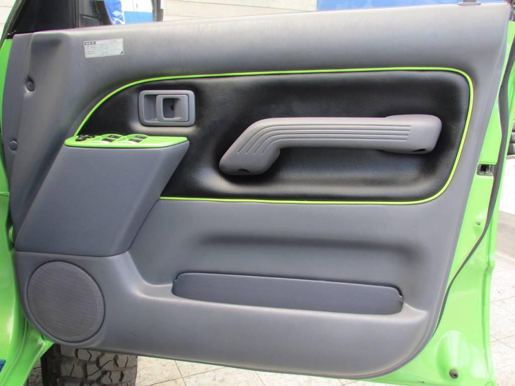 ドアパネルも張り替えてありますのでできあがりのクオリティーが違います! | トヨタ ランドクルーザープラド 3.0 TZ ディーゼルターボ 4WD COLORBOMB