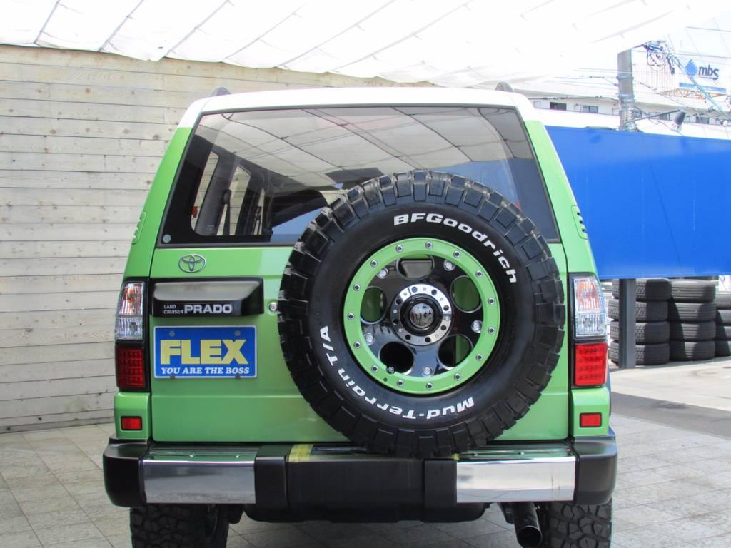 背面まで同サイズのタイヤ&ホイールが入っていますのでうれしい装備ですね! | トヨタ ランドクルーザープラド 3.0 TZ ディーゼルターボ 4WD COLORBOMB