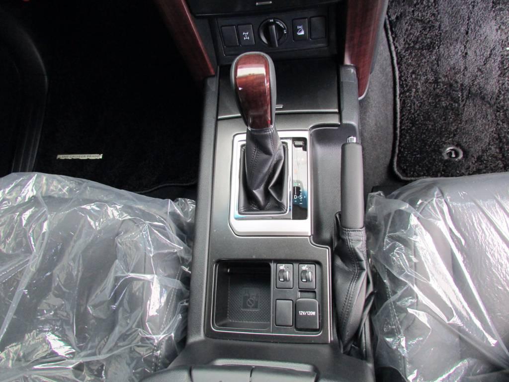 もちろんシフトノブもウッドです! | トヨタ ランドクルーザープラド 2.8 TX Lパッケージ ディーゼルターボ 4WD 新車未登録 モデリスタエアロキット