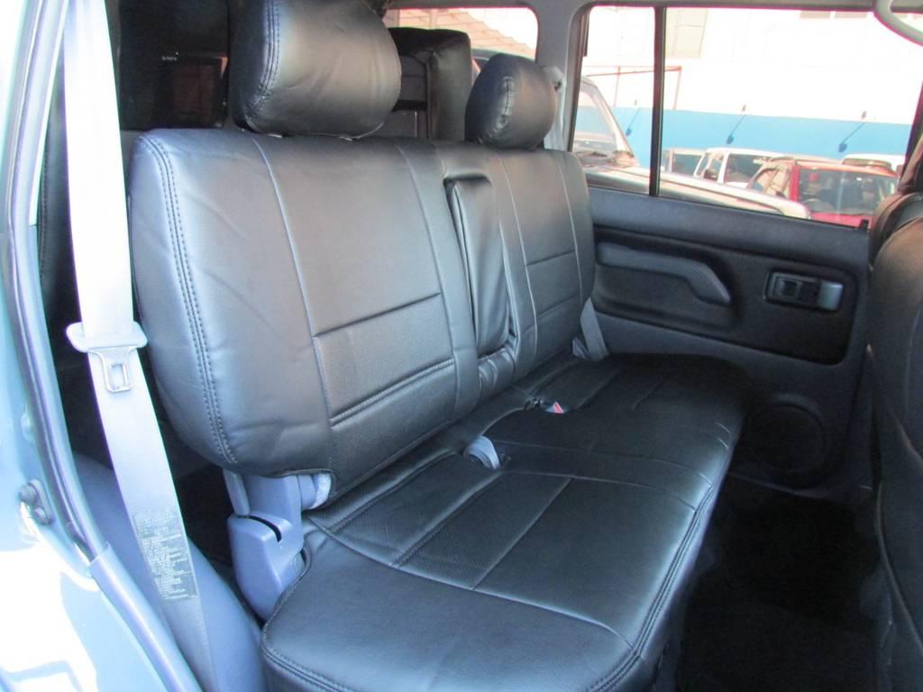 セカンドシートは分割なしのベンチシートですよ! | トヨタ ランドクルーザープラド 3.0 TZ ディーゼルターボ 4WD カスタム