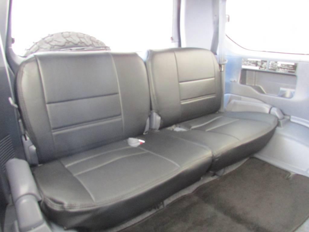 サードシートは左右に跳ね上げ可能です! | トヨタ ランドクルーザープラド 2.7 TX 4WD カスタム車