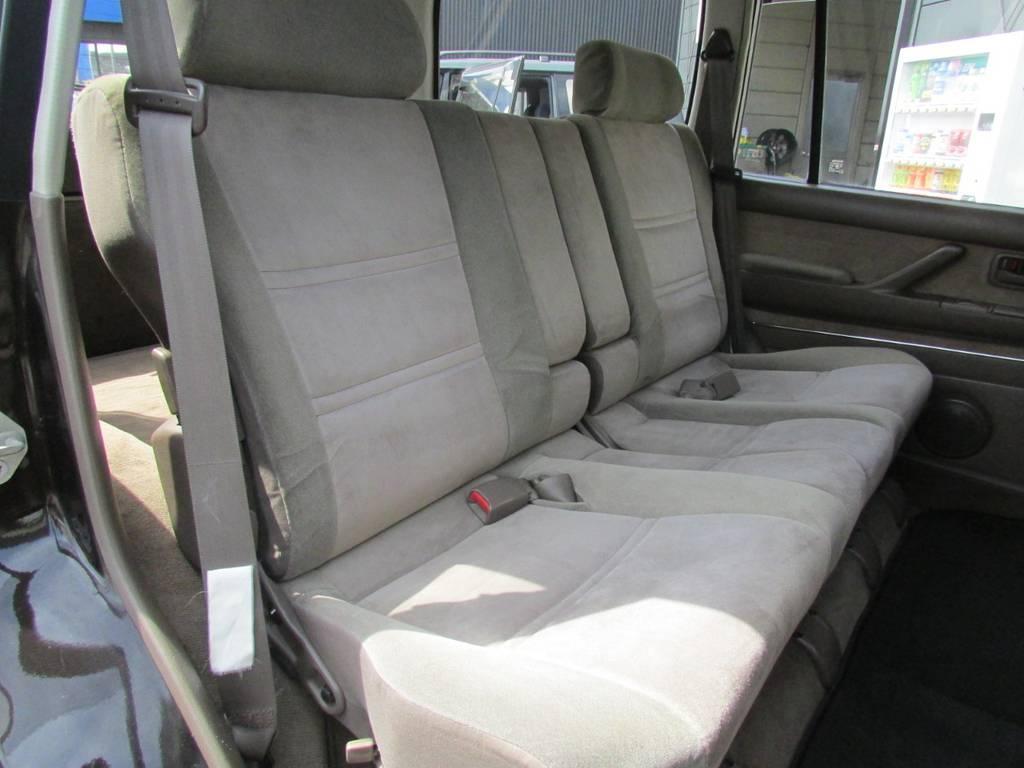 セカンドシートは前方に跳ね上げが可能ですのでラゲージスペースとしてもご利用頂けます! | トヨタ ランドクルーザー80 4.2 VXリミテッド ディーゼルターボ 4WD 最終モデル