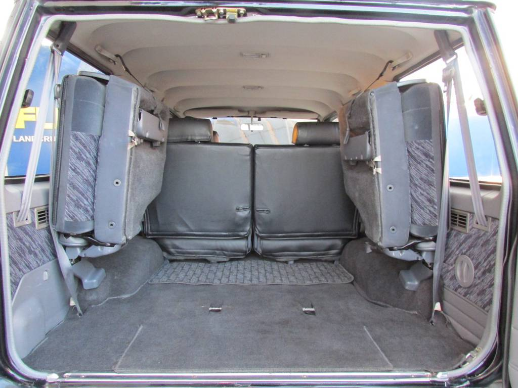 3列目を跳ね上げれば、広々♪   トヨタ ランドクルーザープラド 3.0 SXワイド ディーゼルターボ 4WD カスタム