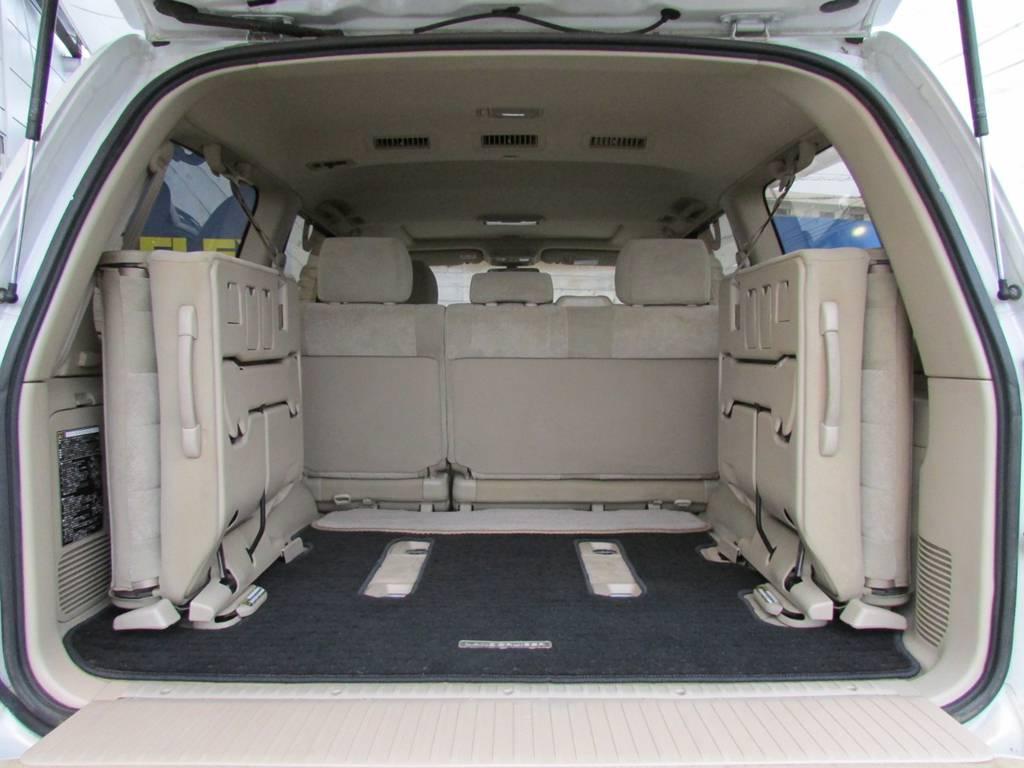 サードシートは跳ね上げ可能ですので荷室のスペースとしても広々ご利用頂けます! | トヨタ ランドクルーザー100 4.7 VXリミテッド 4WD Gセレクション