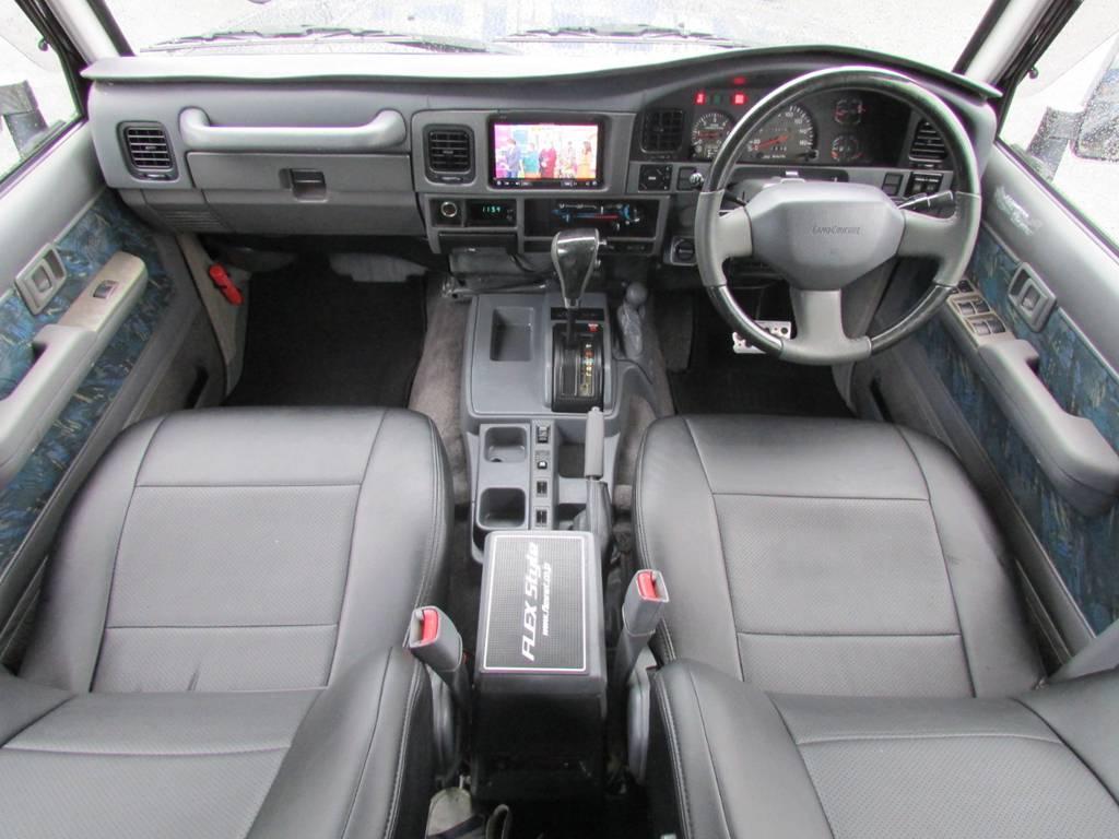 内装はシックにグレーのインテリア! | トヨタ ランドクルーザープラド 3.0 SXワイド ディーゼルターボ 4WD