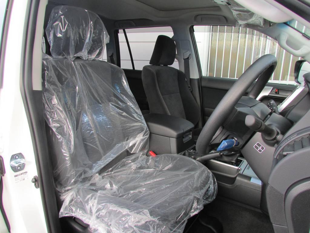 シートカバーの取り付けもお任せください! | トヨタ ランドクルーザープラド 2.8 TX ディーゼルターボ 4WD 新車コンプリート
