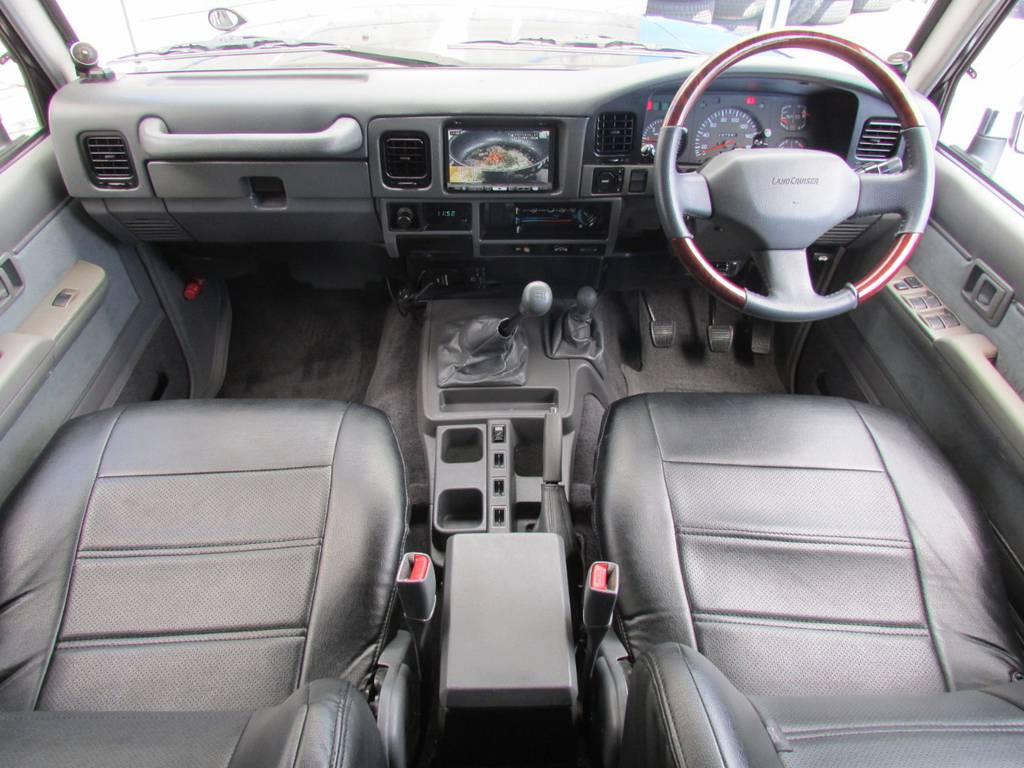 内装はシックにグレーのインテリア! | トヨタ ランドクルーザープラド 3.0 EXワイド ディーゼルターボ 4WD フルカスタム