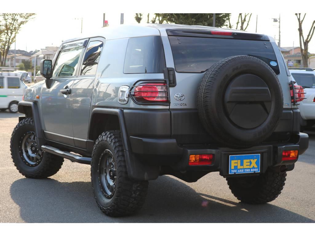 リアビューもワイルドな印象ですね!テールランプガードがワンポイント!リアワイパーも付いております! | トヨタ FJクルーザー 4.0 カラーパッケージ 4WD