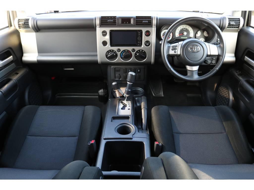 カラーパッケージの内装です。綺麗な状態です!本革巻きステアリングやウレタンメタルカラー加飾のシフトノブ、トランスファーはカラーパッケージ標準装備になります! | トヨタ FJクルーザー 4.0 カラーパッケージ 4WD