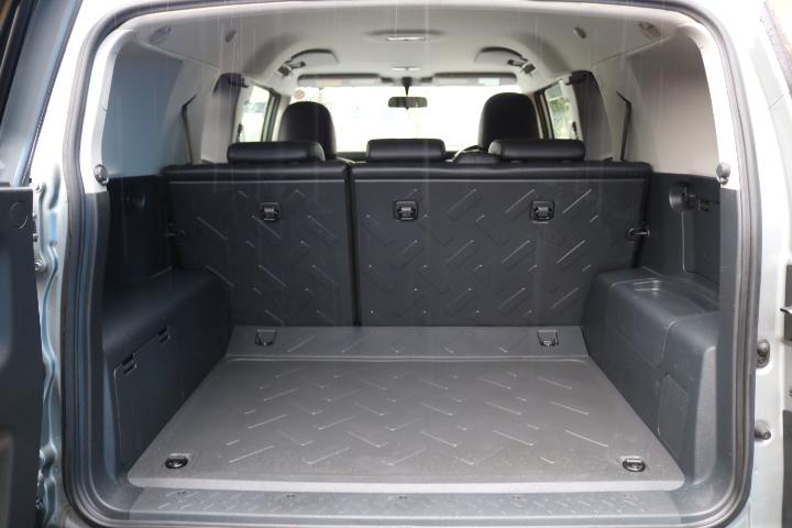 広々としたラゲッジスペース!樹脂で出来ている為、汚れが付きにくく掃除し易いです! | トヨタ FJクルーザー 4.0 カラーパッケージ 4WD