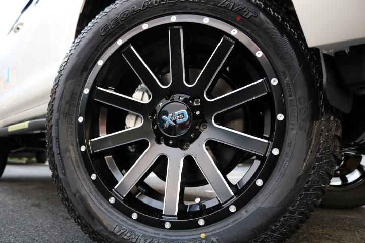スポークデザインが目を引く、KMC20インチAW!タイヤはジオランダー275ATをチョイス!乗り味の良さも確保! | トヨタ ランドクルーザープラド 2.8 TX ディーゼルターボ 4WD 7人