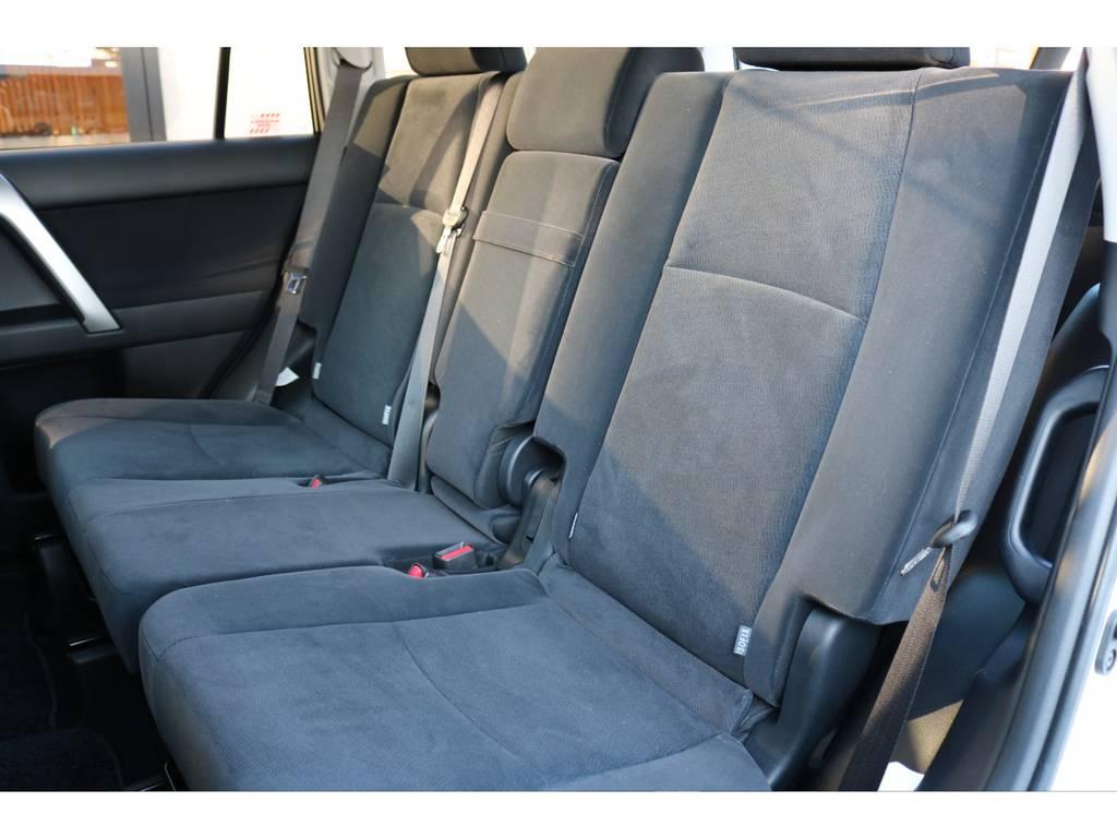 セカンドシートも広々としたスペースを確保! | トヨタ ランドクルーザープラド 2.8 TX ディーゼルターボ 4WD 7人