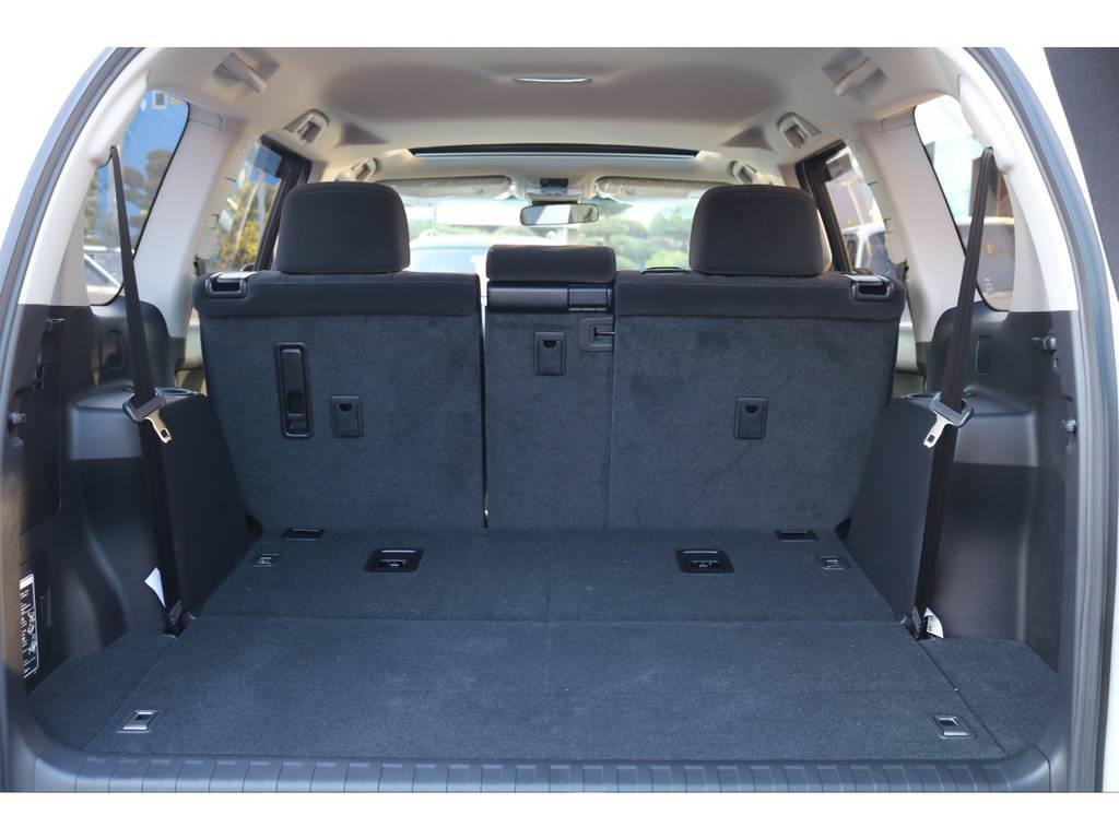 サードシートは床下格納式!収納しておけば広大なラゲッジスペースに! | トヨタ ランドクルーザープラド 2.8 TX ディーゼルターボ 4WD 7人