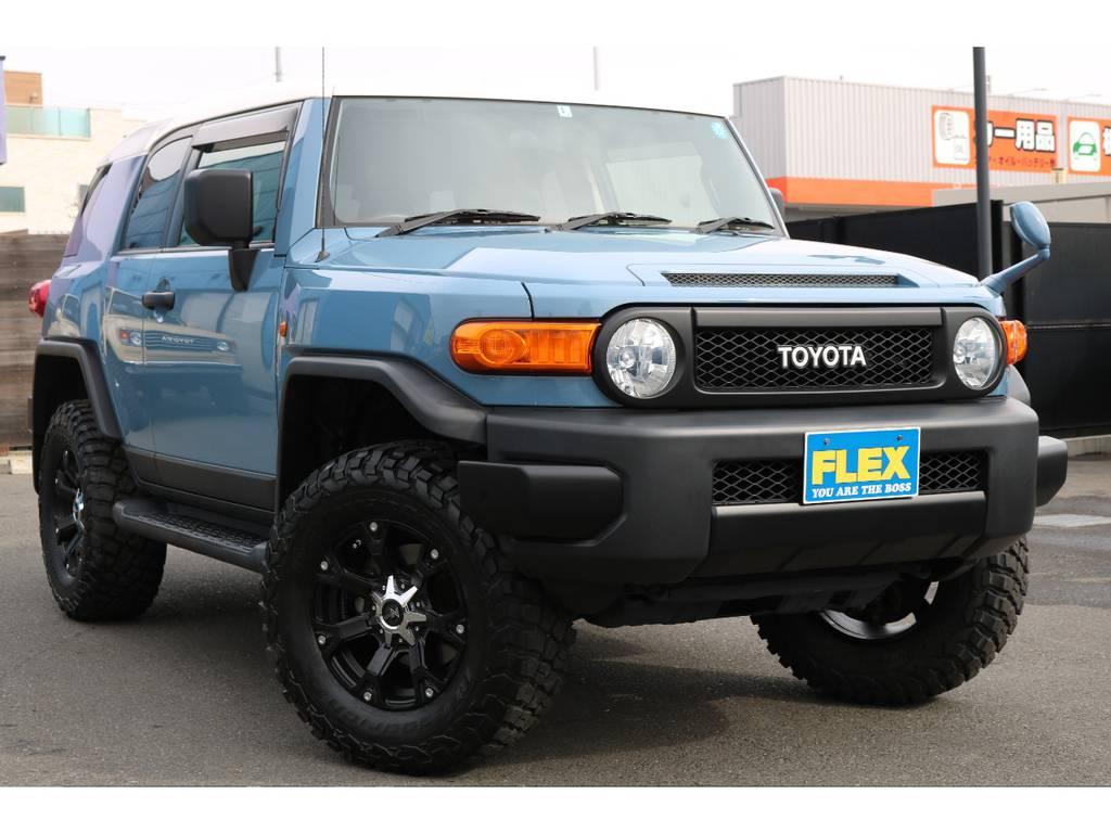 丸目フェイスとTOYOTA文字グリルが、ランクル40をイメージしたスタイルになります!   トヨタ FJクルーザー 4.0 カラーパッケージ 4WD カラーパッケージ