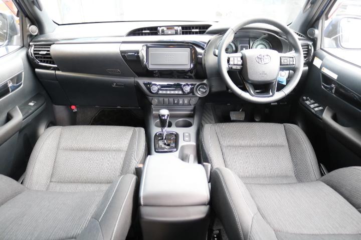 黒を貴重としたブラックラリーエディション専用内装!専用オプティトロンメーター!本革巻ステアリング、シフトノブ、ドアトリム、ガーニッシュ、サイドレジスター等が黒を貴重とした変更点になります! | トヨタ ハイラックス 2.4 Z ディーゼルターボ 4WD Z Black Rally Edit