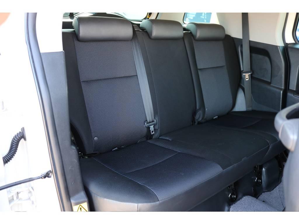 後部座席も撥水性のあるファブリックシートになります!遊びに持って来いの車両ですね! | トヨタ FJクルーザー  ベースグレード