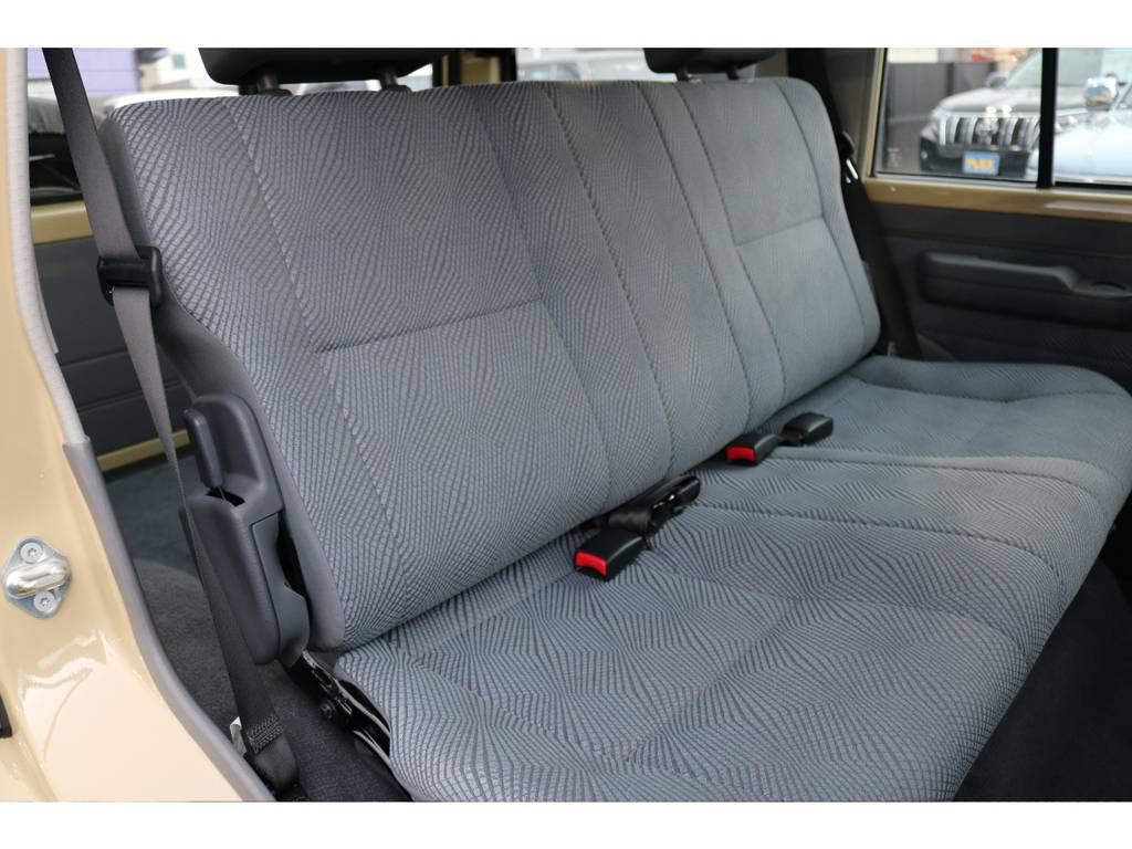 セカンドシートも使用感を感じさせません! | トヨタ ランドクルーザー70 4.0 4WD