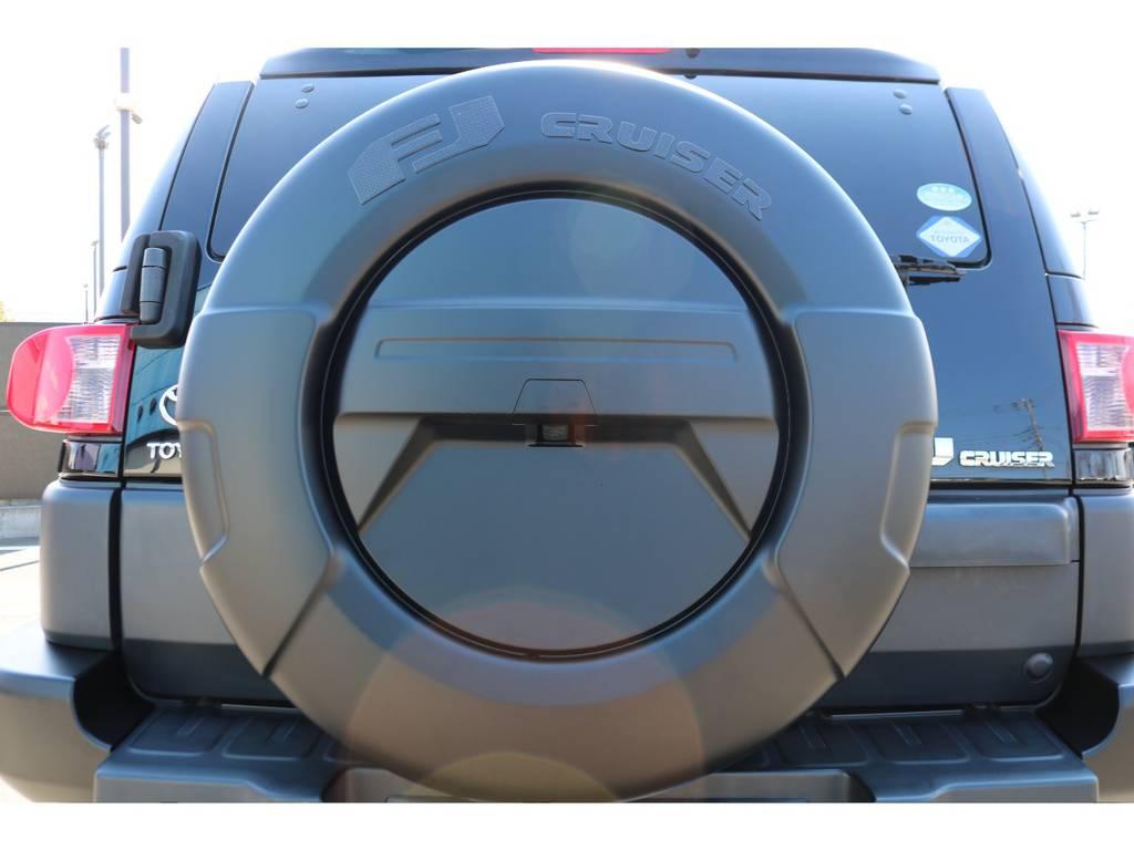 背面セミハードカバー装備車!こちらもブラックアウター化をしております! | トヨタ FJクルーザー 4.0 オフロードパッケージ 4WD