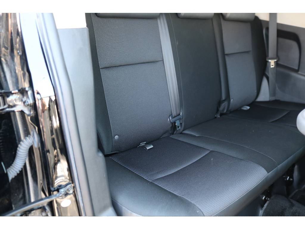 セカンドシートも使用感が少ないキレイなまま! | トヨタ FJクルーザー 4.0 オフロードパッケージ 4WD