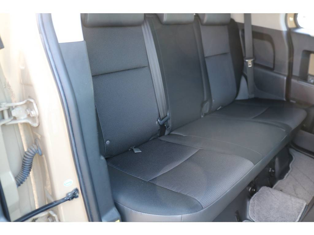 セカンドシートも十分なスペースを確保!!コンディションも良好です! | トヨタ FJクルーザー 4.0 カラーパッケージ 4WD