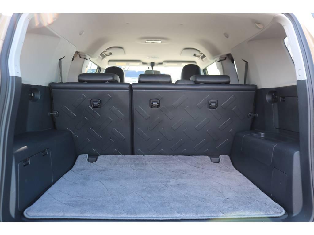 社外のフロアマットに併せて、ラゲッジマットも完備!荷物を積む際にも便利です! | トヨタ FJクルーザー 4.0 カラーパッケージ 4WD