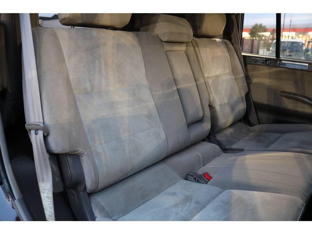 後期モデルは6対4の分割シート!セカンドシート使用感少なくキレイです! | トヨタ ランドクルーザープラド 2.7 TX リミテッド 4WD