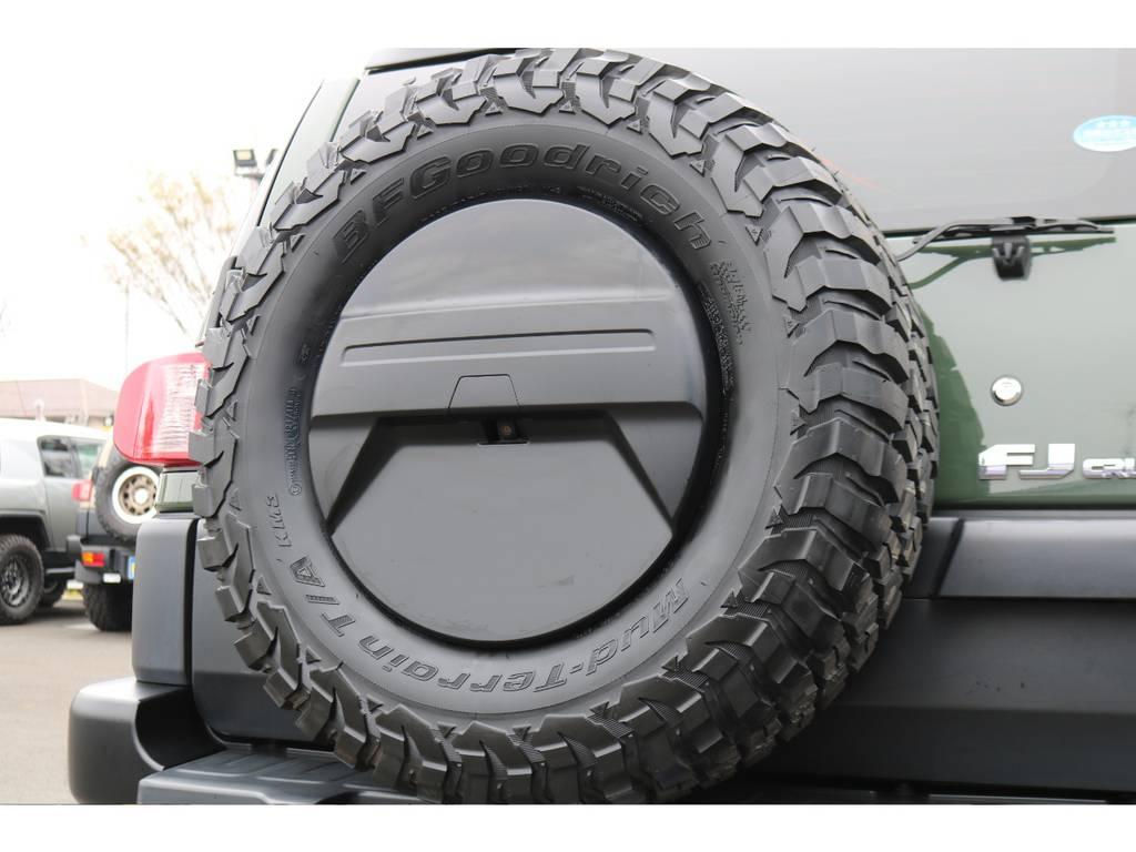背面タイヤもBFグッドリッチ285MTタイヤに変更!カバーも黒く塗装しているので統一感が出ます! | トヨタ FJクルーザー 4.0 4WD