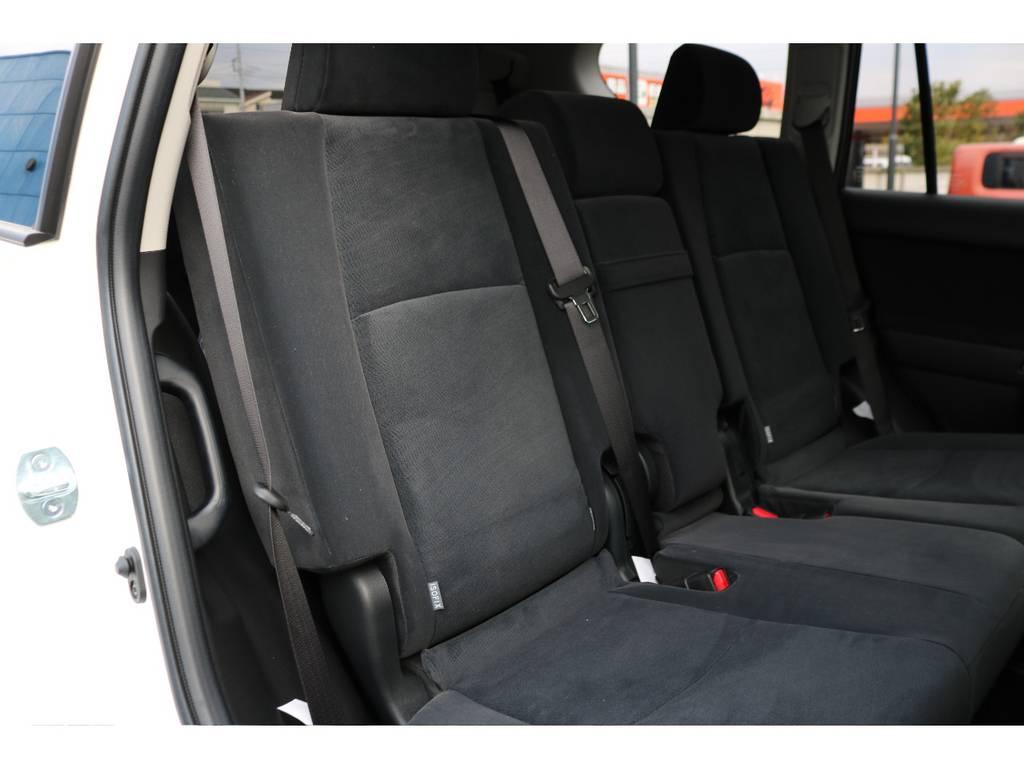 セカンドシートも広々としたスペースを確保!   トヨタ ランドクルーザープラド 2.8 TX ディーゼルターボ 4WD 7人