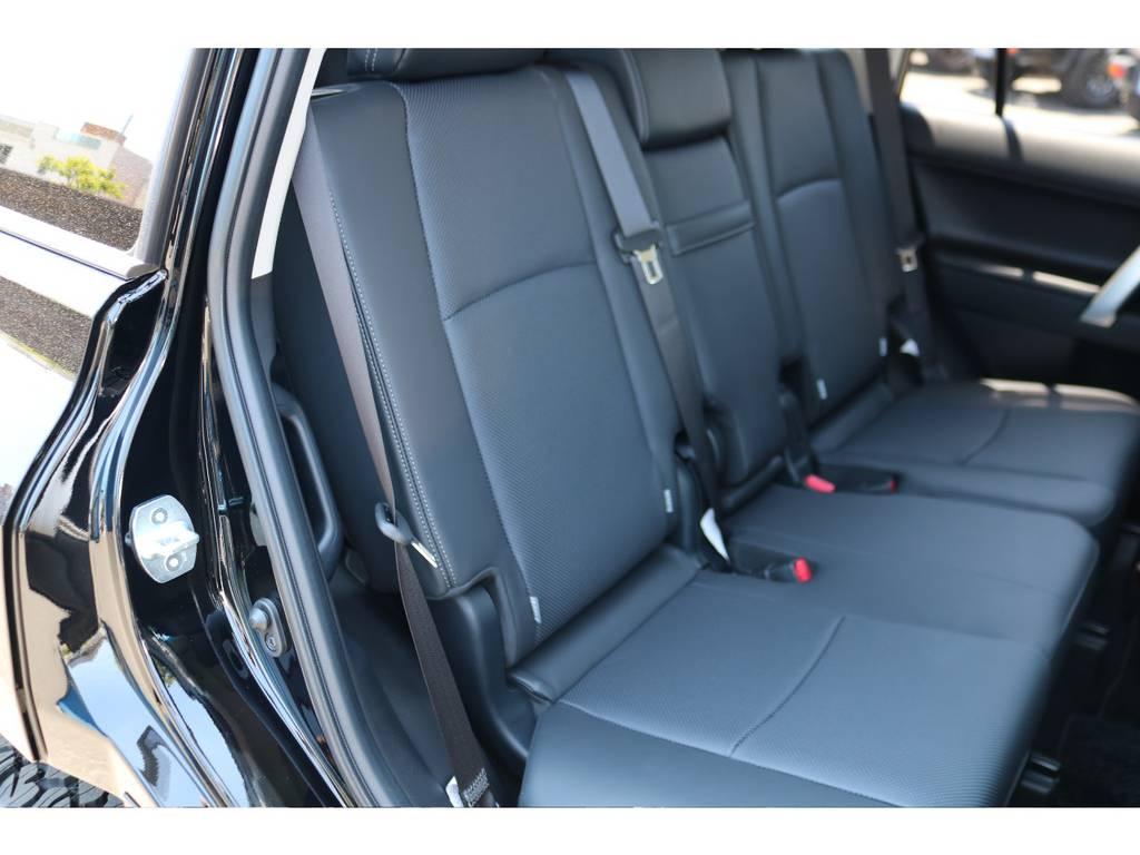 セカンドシートも広々としたスペース!大人でもゆったりです! | トヨタ ランドクルーザープラド 2.7 TX Lパッケージ 4WD 7人